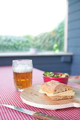Abendessen im Garten - p454m1195985 von Lubitz + Dorner