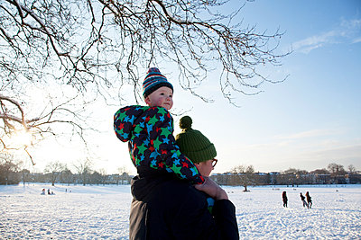 Father carrying child on shoulder in park - p924m884289f by Janeycakes Photos