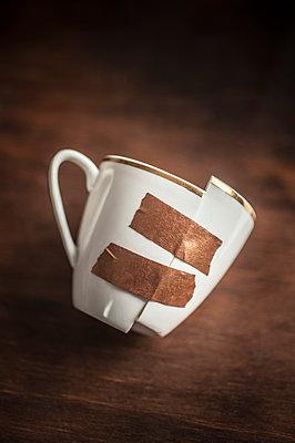 Broken cup - p971m1550461 by Reilika Landen