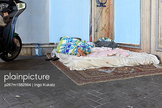 Obdachloser  - p267m1582564 von Ingo Kukatz