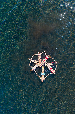 Young people have fun in the water, aerial view - p1437m2283289 by Achim Bunz
