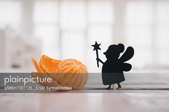 Scherenschnitt-Figur und eine Orange - p586m1007135 von Kniel Synnatzschke