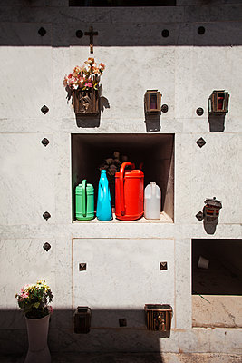 Watering cans at urn wall - p075m1468038 by Lukasz Chrobok