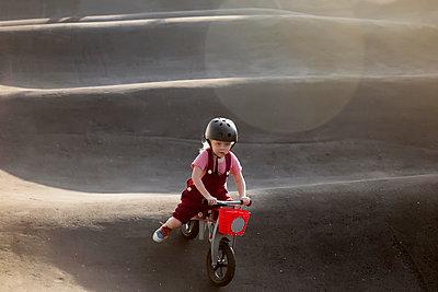 Kleinkind auf BMX Rad - p1108m1510317 von trubavin