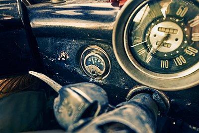 Oldtimer dashboard with tachometer - p1171m1461926 by SimonPuschmann