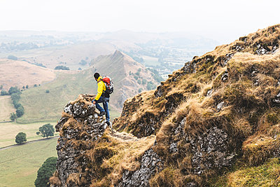 Hiker enjoying view from summit, Chrome Hill, Peak District, Derbyshire - p429m2069051 by William Perugini
