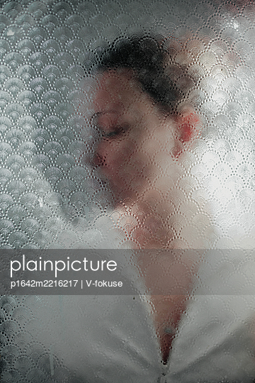 Frau hinter Glasscheibe - p1642m2216217 von V-fokuse