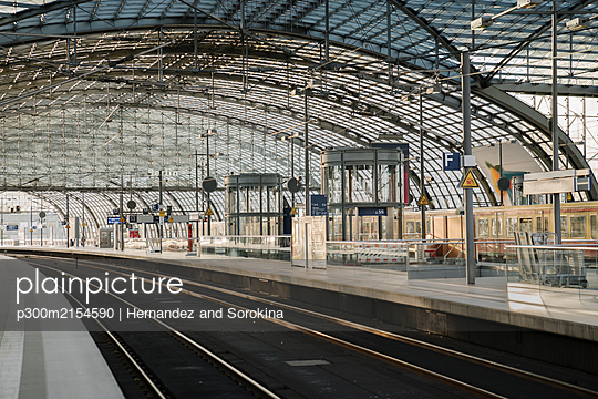 Construction site on platform at central station, Berlin, Germany - p300m2154590 by Hernandez and Sorokina