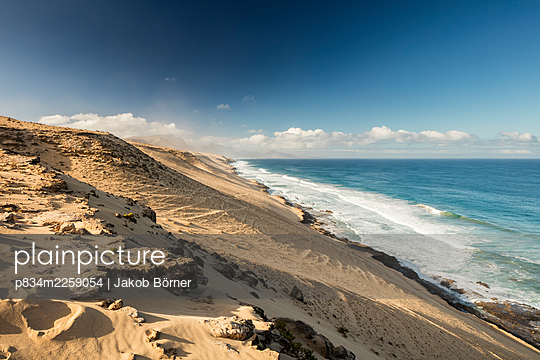 Spain, Fuerteventura, Dunes on the Atlantic coast near Costa Calma - p834m2259054 by Jakob Börner