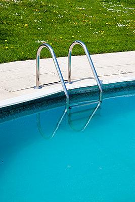 Badeleiter im Pool - p248m904378 von BY