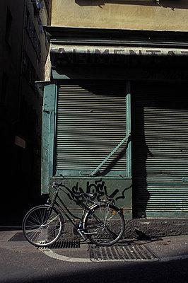 Fahrrad vor Alimentari - p277m883376 von Dieter Reichelt