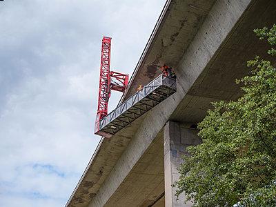 Kontrolle und Wartungsarbeiten an einer Autobahnbrücke - p390m2013427 von Frank Herfort