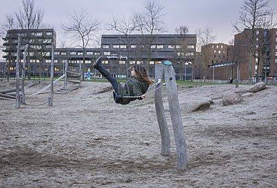 Kind auf dem Spielplatz - p896m1478946 von Amaury Miller