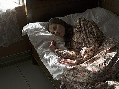 Schlafende Junge Frau, Porträt - p945m1154631 von aurelia frey