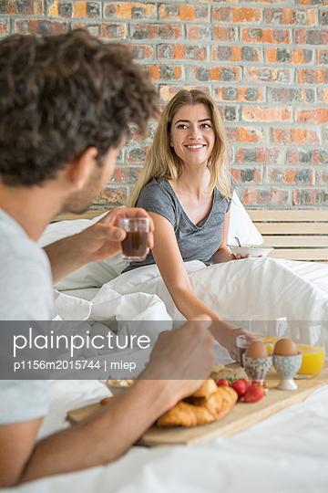 Paar frühstückt im Bett - p1156m2015744 von miep