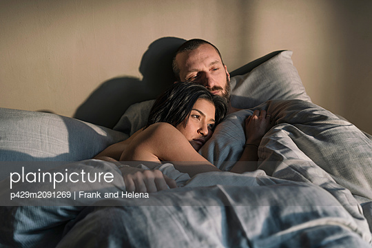 Hipster couple resting in bed - p429m2091269 by Frank and Helena