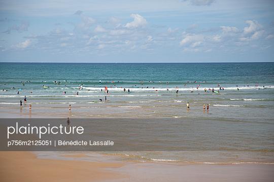 On the beach - p756m2125051 by Bénédicte Lassalle