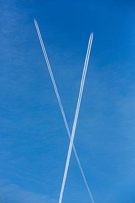 Kondensstreifen am blauen Himmel - p1057m1222776 von Stephen Shepherd