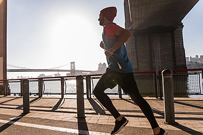 USA, New York City, man running at East River - p300m1191731 by Uwe Umstätter
