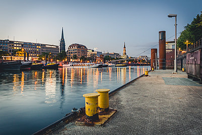 Germany, Hamburg, inland harbour and cityscape at blue hour - p300m2012693 by Kerstin Bittner