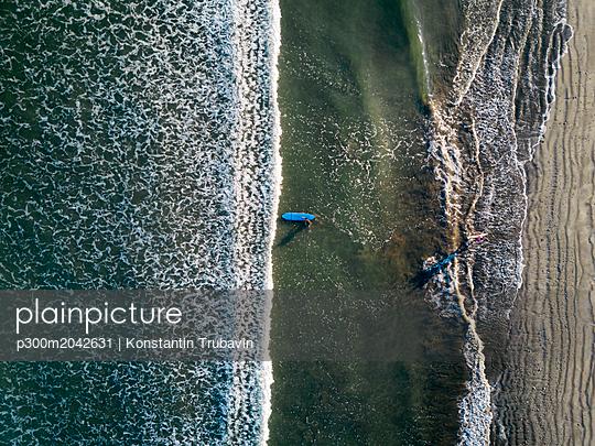 Indonesia, Bali, Kuta beach, Aerial view of surfers - p300m2042631 von Konstantin Trubavin