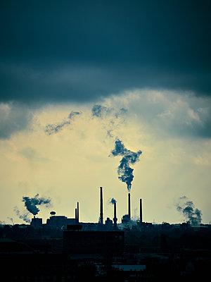 Rauchende Industrieschornsteine - p227m1191154 von Uwe Nölke