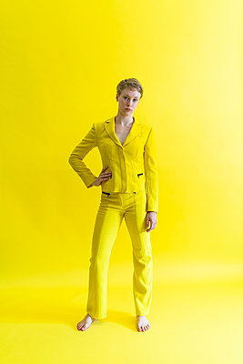 Woman in yellow outfit - p427m2108680 by Ralf Mohr
