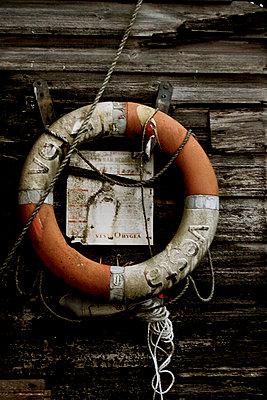 alter Rettungsring an einer Holzhuette - p9792904 von Zickert