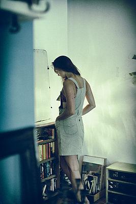 Junge Frau in ihrem Zimmer - p979m1088779 von Sven Schwalm