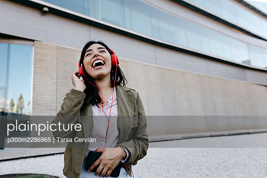 Portrait of business Latin woman in front of a glass urban building in Granada, Spain.. woman latin beauty business urban glass - p300m2286965 von Tania Cervián