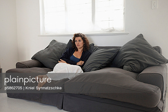 Relaxen auf dem Sofa - p5862705 von Kniel Synnatzschke