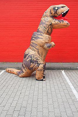 Dino vor roter Wand - p045m2013582 von Jasmin Sander