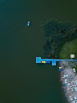 Strand, Bootsanleger, Boote, Dronenfotografie - p1108m2210617 von trubavin