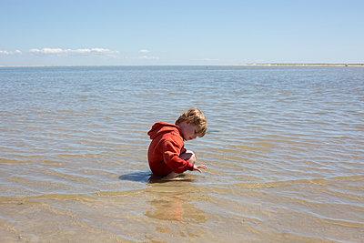Kleiner Junge am Meer - p1308m2057151 von felice douglas