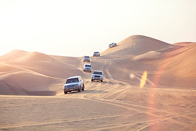 UAE, off-road vehicles on a trip in the desert between Abu Dhabi and Dubai - p300m1450236 by Michael Malorny
