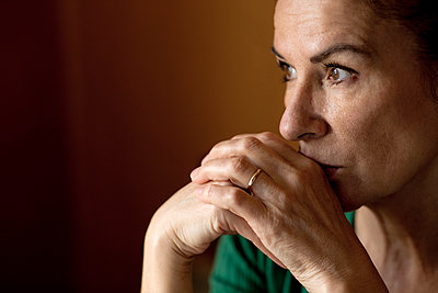 Thoughtful lonely mature woman looking away at home during curfew - p300m2198187 by FL photography