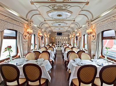 Speisewagen in der Transsibirische Eisenbahn - p390m1214569 von Frank Herfort