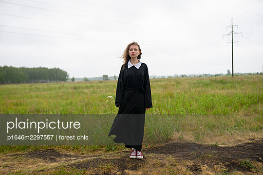 Blonde girl in front of a field, portrait - p1646m2297557 by Slava Chistyakov