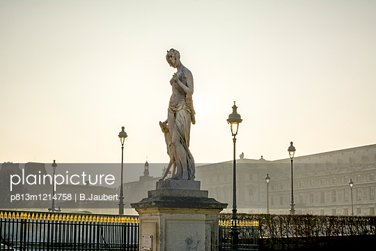 The Louvre seen from the garden of the Tuileries, Paris - p813m1214758 by B.Jaubert