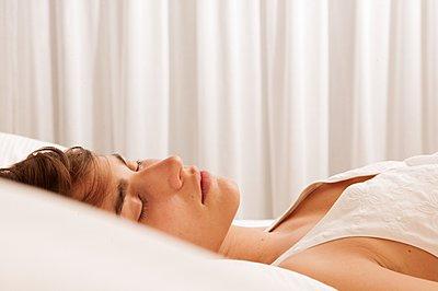 Young woman sleeping - p1093m2223236 by Sven Hagolani