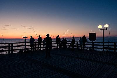 Gruppe Angler bei Sonnenuntergang - p354m1467853 von Andreas Süss