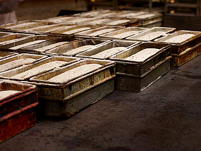 Geschobene Brote  in Backstube - p897m1183582 von MICK