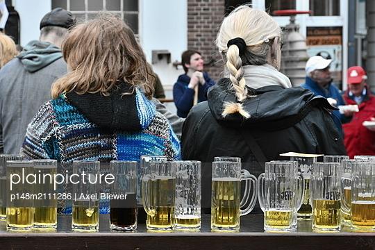 Beer glasses - p148m2111286 by Axel Biewer