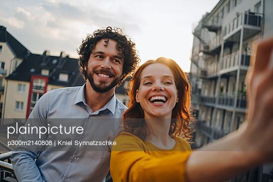 Two happy colleagues on roof terrace taking a selfie - p300m2140808 by Kniel Synnatzschke