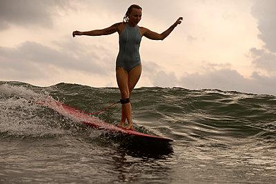Frau beim Surfen - p1108m1190921 von trubavin
