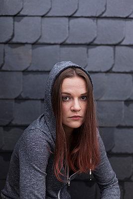 Junge Frau mit Kapuze - p1340m1497385 von Christoph Lodewick