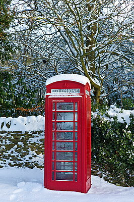 Traditional telephone box in the village of Swinbrook, The Cotwolds - p871m895757 by Tim Graham