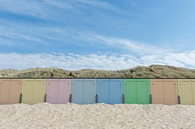 Umkleidekabine am Strand - p949m929345 von Frauke Schumann