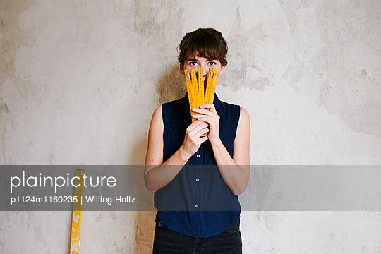 Junge Frau mit Zollstock - p1124m1160235 von Willing-Holtz