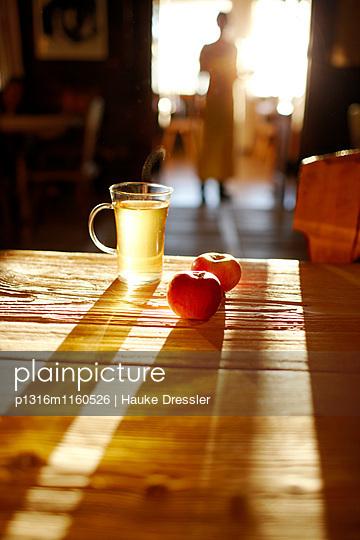 Tee und Äpfel auf dem Tisch in der Panoramastube, Hochpillberg, Schwaz, Tirol, Österreich - p1316m1160526 von Hauke Dressler